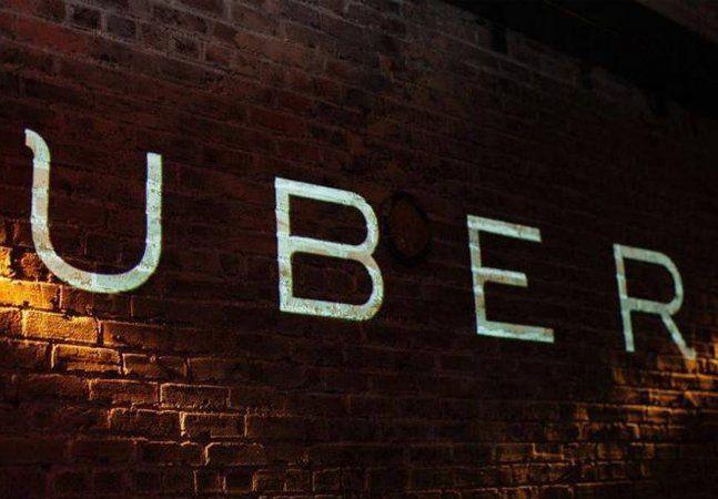 Em consequência dos últimos ataques sofridos por motoristas que tiveram seus carros confundidos com carros do Uber, tem gente vendendo adesivos na internet para que as pessoas possam se proteger dos taxistas mais enfurecidos. Até parece piada, mas infelizmente não é. Após várias pessoas sugerirem o produto nas redes sociais, alguns vendedores e gráficas resolveram aproveitar a oportunidade de negócio que, se não fosse trágica até seria cômica, e investiram na produção de adesivos com a…
