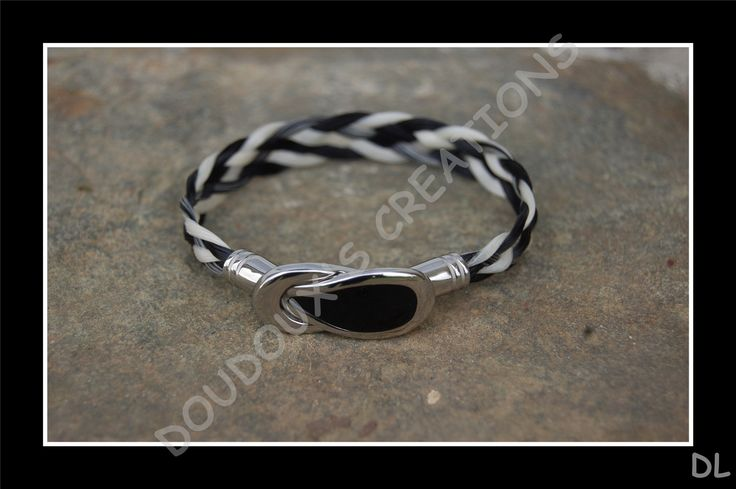 """Bracelet en véritables crins de cheval noir et blanc, tressé à plat 5 brins, fermoir """"cuillère"""" aimanté en acier inoxydable + résine : Bracelet par doudoux-crins"""