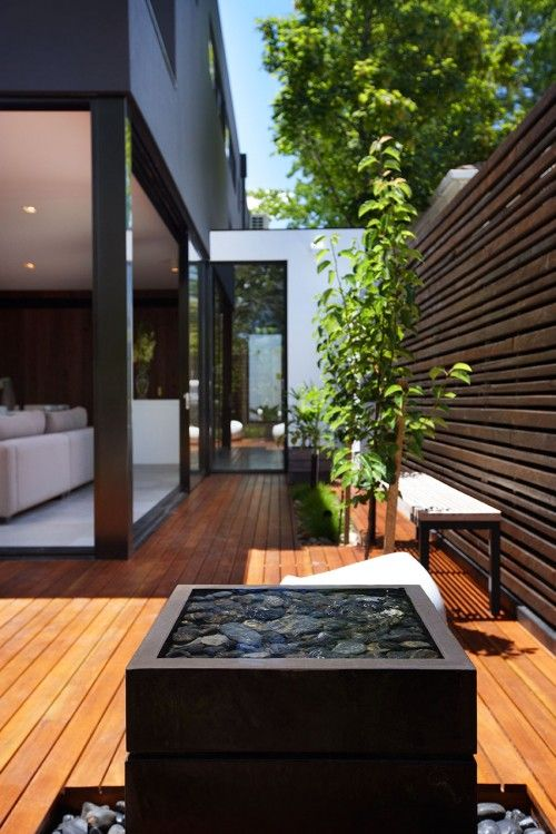 Small backyards doesn't always have to mean small design options. This backyard is splendidly modern, and uses the small space to its advantage!