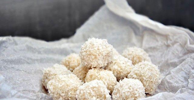 Bomboane Raffaello Raw Vegane | Raw Vegan Raffaello Bonbons | Gourmandelle | Vegetarian Blog | Healthy Vegetarian Recipes