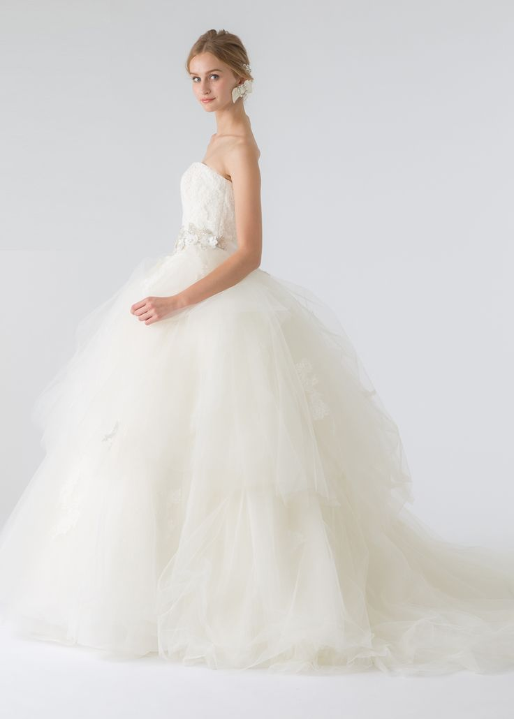ローウエストから広がるチュールスカートがドラマティックで印象的なウェディングドレス。オーバースカートを外すとエ…