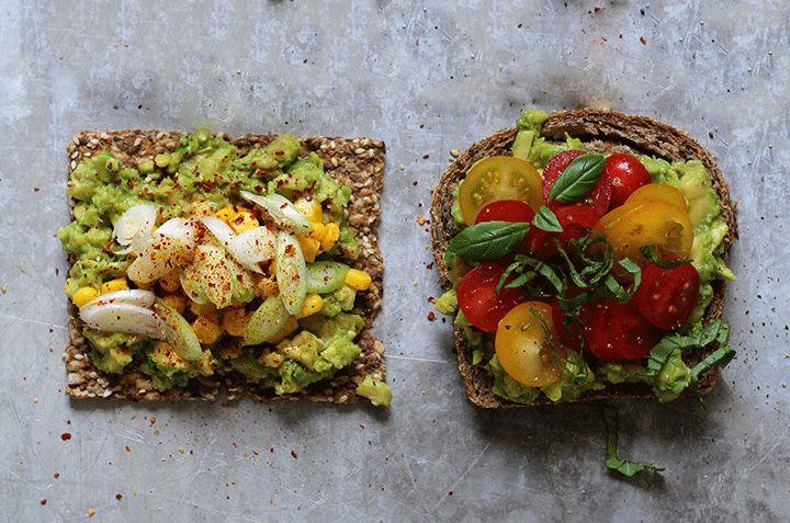 Brødskive med avocado, hakket løk og chilipulver