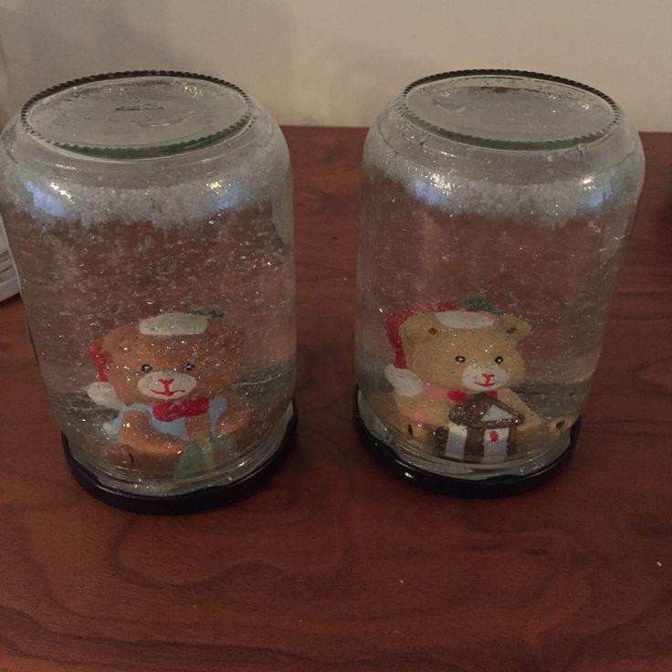 Zelf je schudbol maken Deel 2 Lijm figuur op deksel en last goed drogen, meng 1/3 glycerine met 2/3 water, Doe er sneeuw en/of glitters bij, lijm de deksel op de pot en laat weer goed drogen!