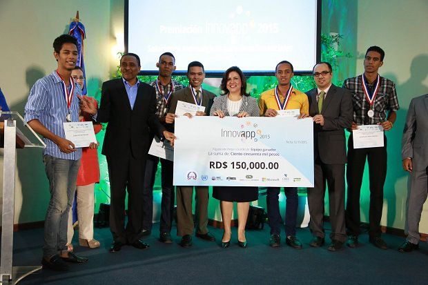 Vicepresidencia entrega premios ganadores concurso tecnológico para enfrentar desafíos sociales