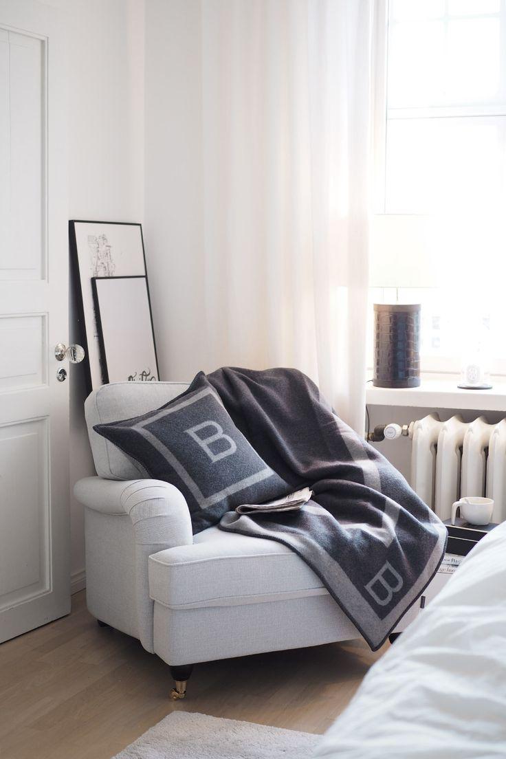 C and the city - Cozy corner in the bedroom - Furninova chair, Balmuir B-logo throw and pillow, Iittala Vakka -storage box and Diptyque candles - read more on the blog: http://www.idealista.fi/charandthecity/2016/11/08/3-vinkkia-talvikautena