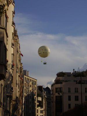 あまり知られてはいませんがパリでは気球に乗ることができます。空からパリを独り占めできちゃう、夢のような体験!