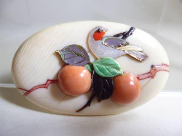 【江月】アンティーク・政安造本象牙珊瑚芝山細工鳥と柿の帯留め_画像1