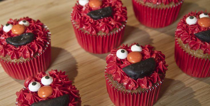 Riquísimos cupcakes de vainilla decorados como Elmo de Plaza Sésamo. ¡Checa el video en donde podrás ver paso a paso para que te queden igual que la foto!