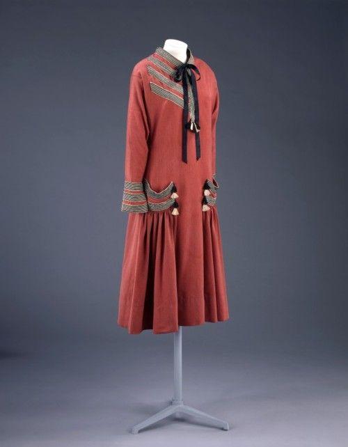 Paul Poiret, 1924. Paul Poiret was een invloedrijk modeontwerper uit het begin van de 20ste eeuw. Hij leefde van 1879 tot 1944. Hij werd op 20 april 1879 geboren te Parijs en zijn ouders, Auguste en Louise, hadden een winkeltje in wollen kleren in de overdekte markthal Les Halles. Baanbrekend was Poirets gebruik van kunsttechnieken voor het bekend maken van zijn collectie.