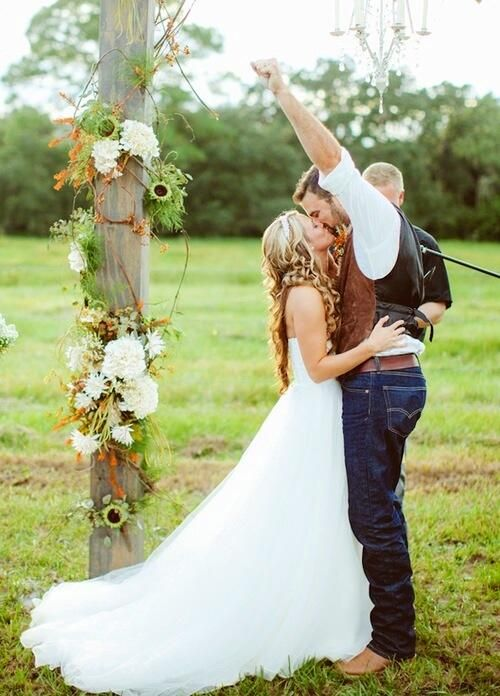 I seriously looove the idea of having the groom and groomsmen in jeans at a country wedding. Because why not? There's nothing more country that jeans and cowboy boots. And frankly, it's sexy.