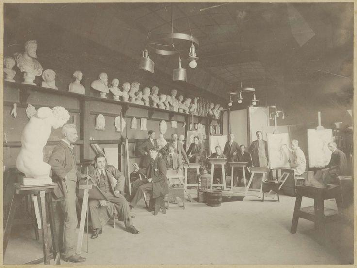 Staande en zittende mannen tijdens een les in de Teekenschool, linksboven staat een rij bustes, anoniem, ca. 1925