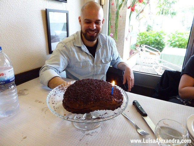 Gonçalo é o seu nome 🙂 Comemorou 37 anos no passado dia 25 de Abril e é o meu único irmão. Para comemorarmos em família preparei-lhe um bolo de aniversário, escolhi uma receita simples pois ele é uma pessoa que gosta de tudo o mais simples possível! Um bolo de chocolate é sempre sinónimo deRead More »