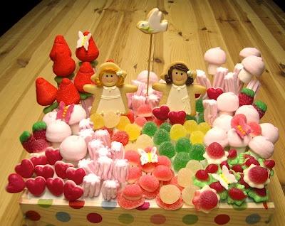 (Centro de galletas y chucherías con mariposas de fondant para Marta y María)