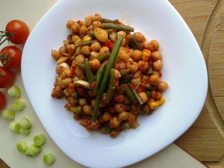 O bogăție de culoare și substanțe hrănitoare într-o singură farfurie cu năut și legume delicioase. Este ideală și pentru părinții care postesc.
