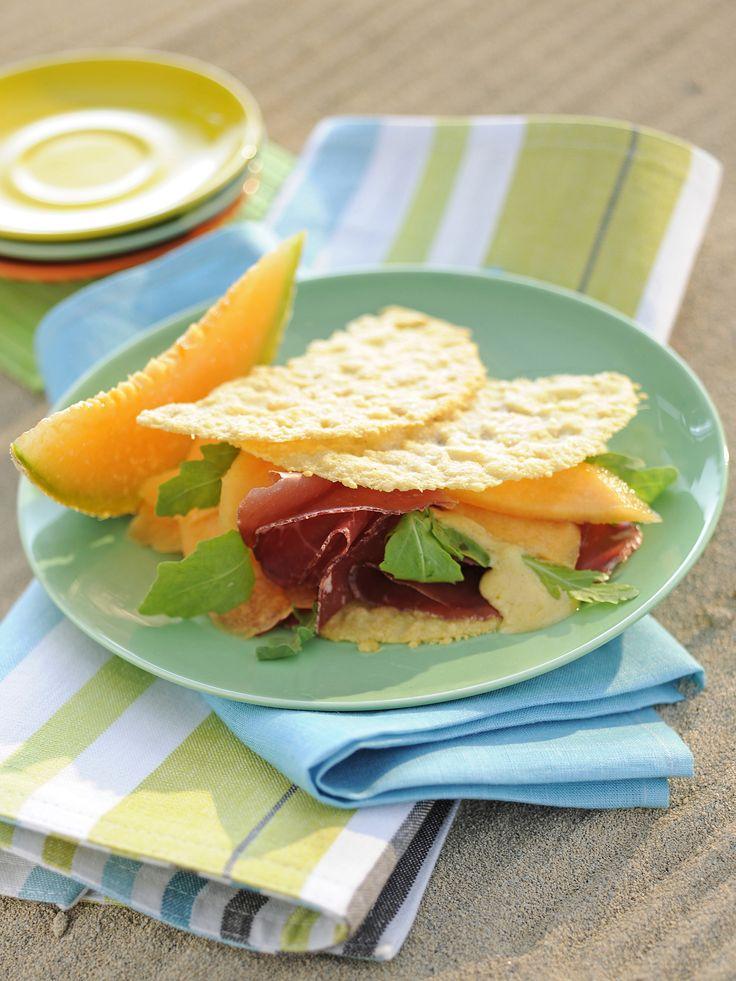 Le cialde di grana con melone e bresaola sono un antipasto raffinato e gustoso, da 310 calorie a porzione, facile e veloce da preparare.