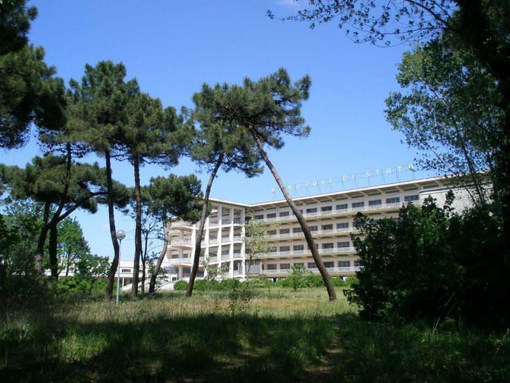 La Colonia Montecatini sorge a Cervia a poche centinaia di metri dalla più famosa Colonia Varese. Progettata da Eugenio Faludi nel 1939, fu poi inaugurata il 24 Agosto dello stesso anno per ospitare 1500 Balilla durante le loro vacanze e 100 persone di servizio.
