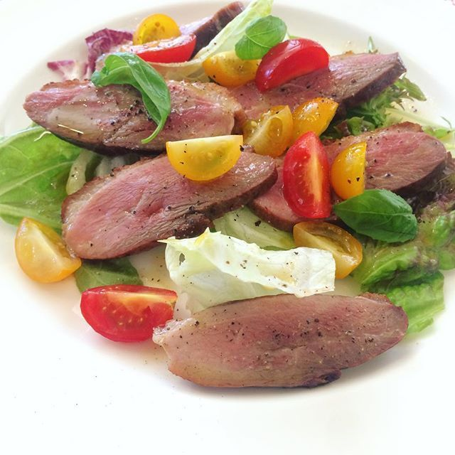 Salad with roasted duck😍Oh so yum! Colorful tomatoes, fresh basil leaves aren't just tasty but make the plate pretty and summerly🌿 ・ ・ 鴨肉のローストと夏野菜のサラダ🥗 なかなかのボリューム! トマトとバジルが爽やかで美味しい上に、彩りが素晴らしいです✨ ・ ・ #wine #winestagram #foodandwine #wineanddine #gastronomia