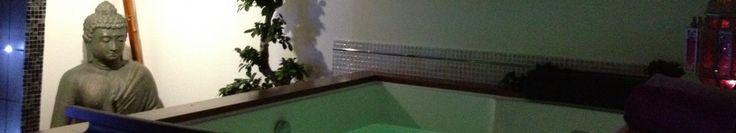 Chambre Jaïpur - Sous le toit, grandes fenêtres face au ciel au-dessus du lit, du coin repas et du jacuzzi, parure en satin, petit déjeuner en chambre, décoration en pétales artificiels, bougies électriques et musique d'ambiance