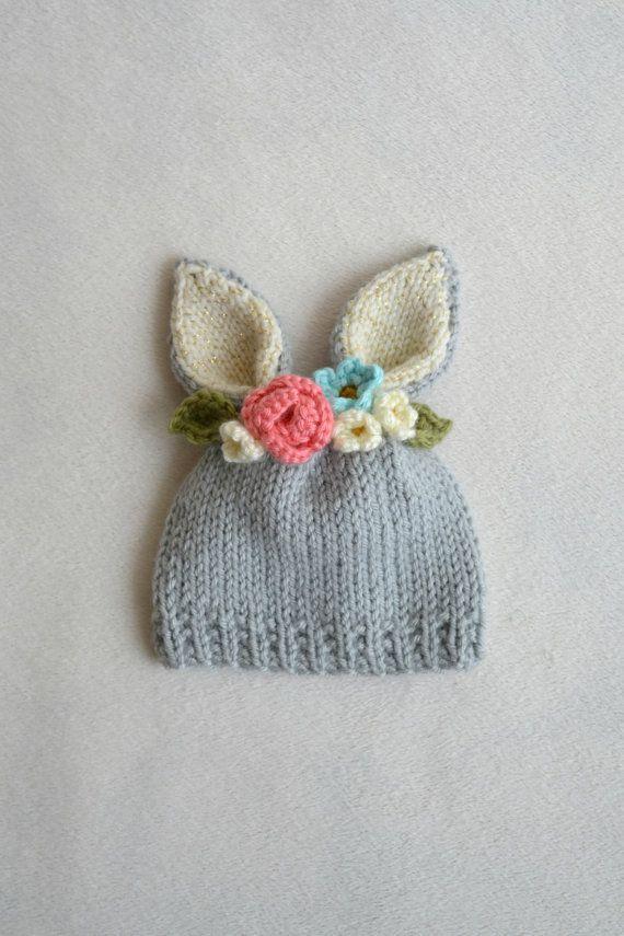 Nichts sagt mir mehr als Hasen und Blumen Frühling! Und dieser kleine Hut hat beides!  Hase-Hut mit einer blumigen Krone schauen angefügte. Mit weichen grauen Acrylgarn, Creme mit ein wenig gold Glanz in die Häschenohren und hübschen Satz aus Acryl und Baumwolle gehäkelt Blumen an der Spitze, alle sorgfältig Hand gestrickt und gehäkelt von mir. Und dieser Neugeborenen-Hut ist versandbereit!  Perfekt für ein Foto-Prop oder nur ein Spaß und hübschen Hut für die Frühjahrssaison. Und dieser Hut…