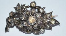 Antieke broche met goud en zilver bezet met 21 roos geslepen diamanten