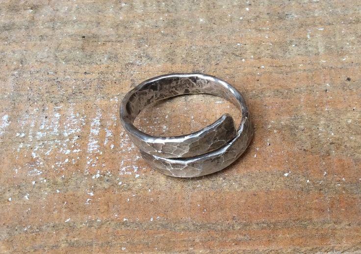 Gehämmert Silber Spiral Ring. Bypass Ringe. Verstellbar von Designvonmerrill auf Etsy