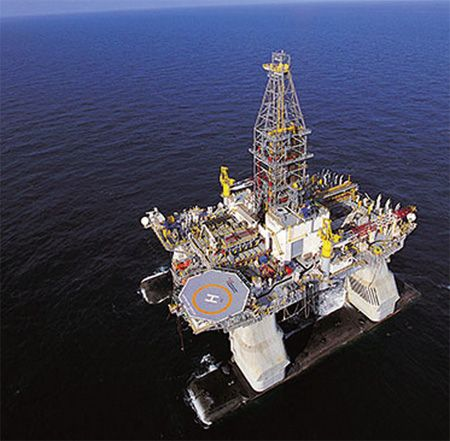 Deepwater Horizon Drill Rig - Built and operated by Transocean Ltd., the world's largest offshore drilling company, with a global fleet of >140 rigs, including 14 operating in the US Gulf of Mexico | Photo by SkyTruth on Flickr | Permission: CC BY-NC-SA 2.0 https://creativecommons.org/licenses/by-nc-sa/2.0/deed.de