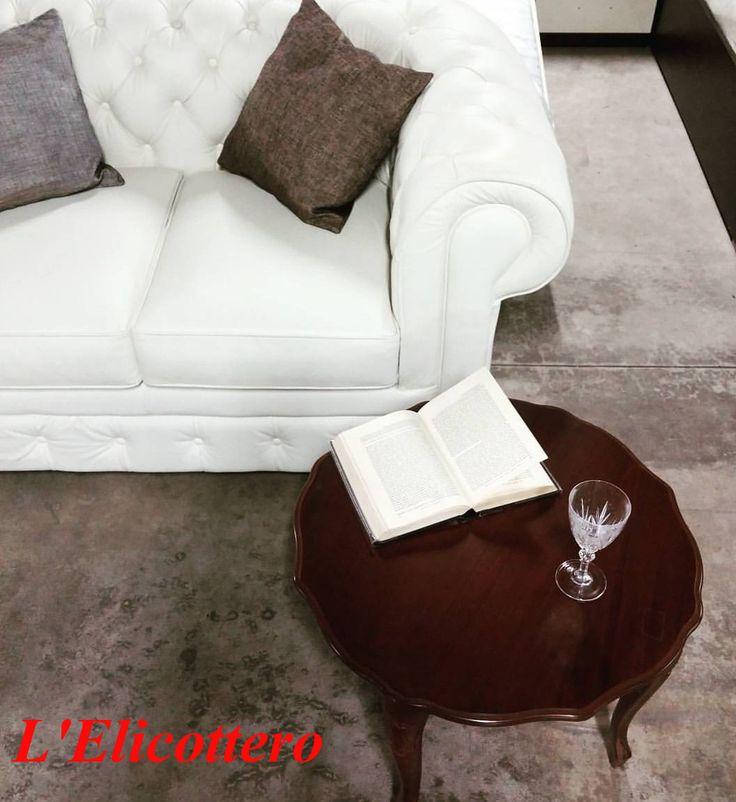 Divano bianco chester, in vera pelle. Un buon libro e un bicchiere di vino è ciò che ci vuole ;) #relax #weekend