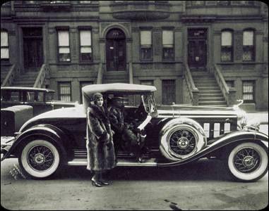 El fotógrafo afroamericano James van der Zee (1886-1983) abre su taller en el Harlem en 1916 y retrata todos los aspectos de la vida cotidiana de la comunidad negra neoyorkina. Es muy cuidadoso en la composición y la puesta en escena. El Renacimiento de Harlem fue otro desarrollo significativo en el arte estadounidense. En los años veinte y treinta una nueva generación de afroamericanos apoyaron sociedades literarias y exposiciones artísticas.
