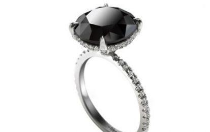 Sex and the City 2: L'anello con diamante nero di Carrie - E' italianissimo l'anello con diamante nero di Carrie, protagonista di Sex and The City 2, ora nelle sale cinematografiche di tutto il mondo. Il prezioso, che compare in una delle scene finali del film è stato realizzato da Italy Design Malkin.