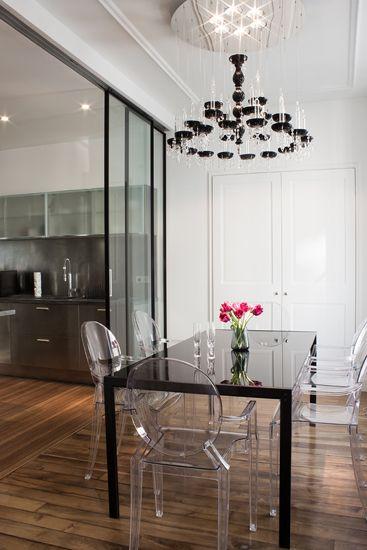 Déclinaison du style Parisien, tout l'élégance dans la transparence,pour cette salle à manger pleine de lumière. Photo Théo Martin, EDNA