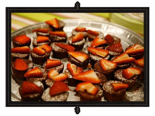 Mini Brownie Bites w/Sugared StrawberriesBook Club, Powder Sugar, Brownies Ideas, Easy Appetizers, Brownies Bites, Minis Brownies, Host Turn, Appetizers Ideas, Slices Strawberries