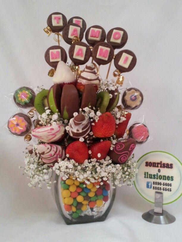 Frutas y bombones de chocolate y galleta
