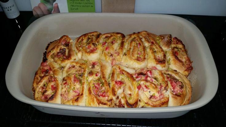 Das Rezept stammt aus einer Mini-Zeitschrift   Zutaten für 12 Stück:   - 150 g Erdbeeren  - 7 EL Zucker  - 1 Packung ( 530 g ) frische...