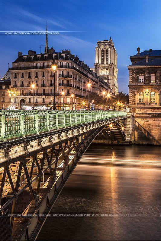 Paris la nuit. Paris by night, by Antonio Gaudencio Photo