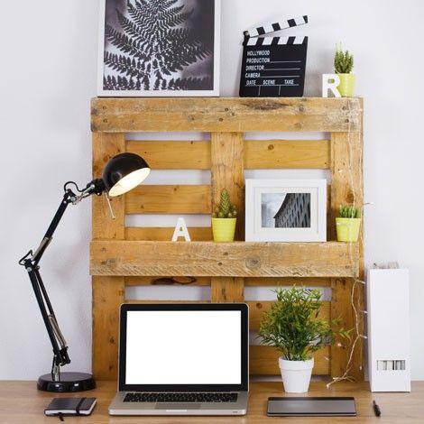 Mueble para escritorio hecho con palés. Más ideas: http://www.mujeresreales.es/hogar/fotos/7-ideas-para-decorar-con-pales/macetasl