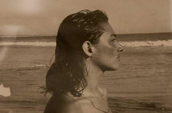 Fotografía de Frida Kahlo en un lugar desconocido que forma parte de la exposición 'Retrato de Diego por Frida' (Foto: AP)