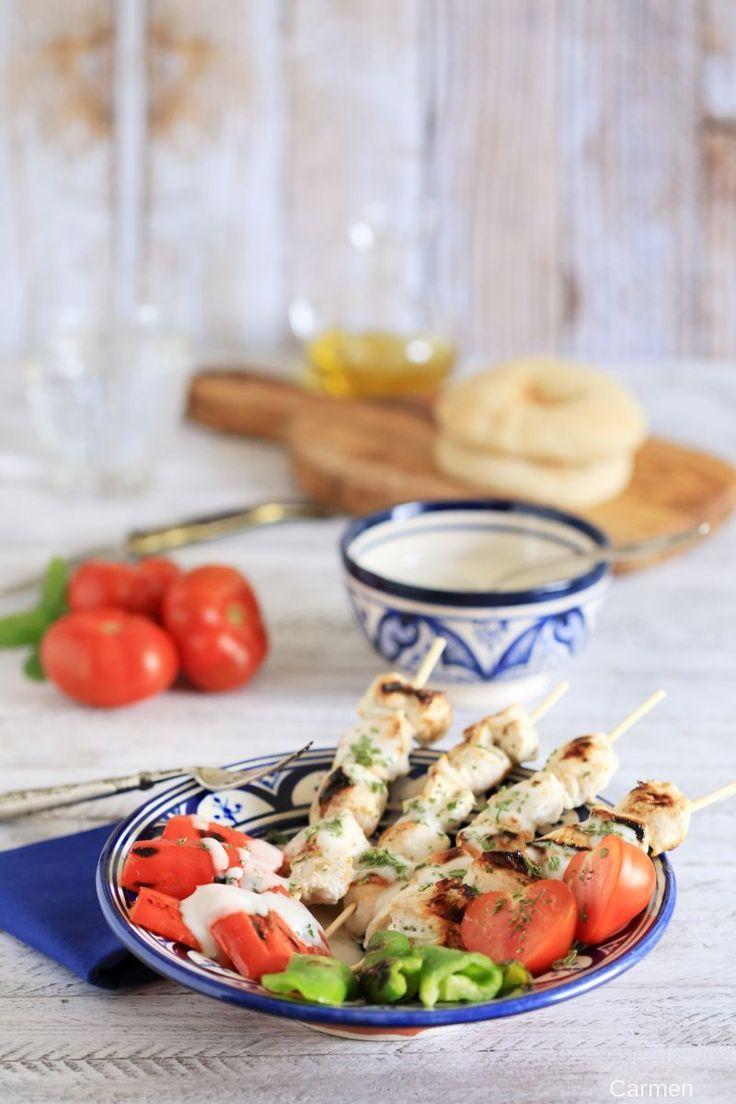 Brochetas libanesas de pollo marinado con yogur y salsa de ajo
