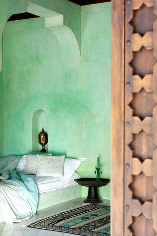 Une chambre vert clair d'inspiration marocaine