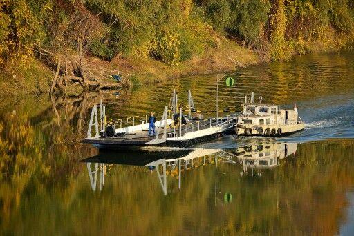 Veerboot over de rivier de Tisza in Hongarije.