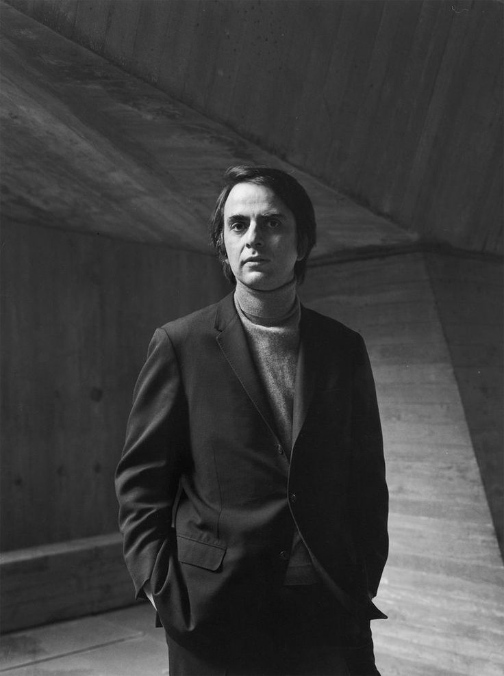 Carl Sagan. En gran parte a él le debo mi gusto por los temas espaciales.   Who Was Carl Sagan? | National Geographic