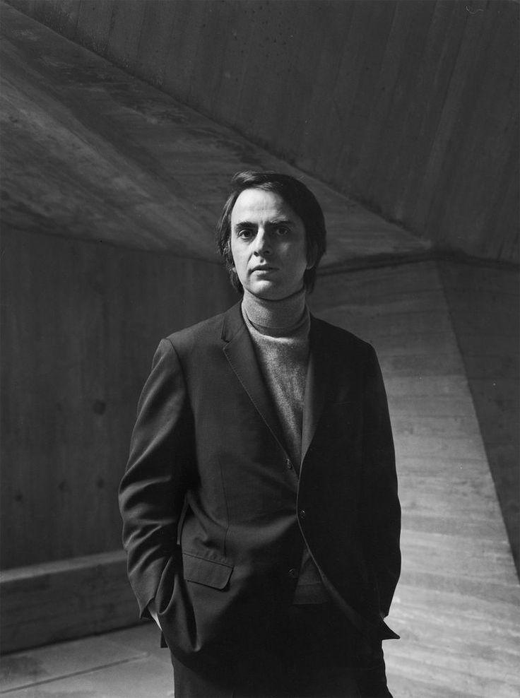 Carl Sagan. En gran parte a él le debo mi gusto por los temas espaciales.   Who Was Carl Sagan? | National Geographic