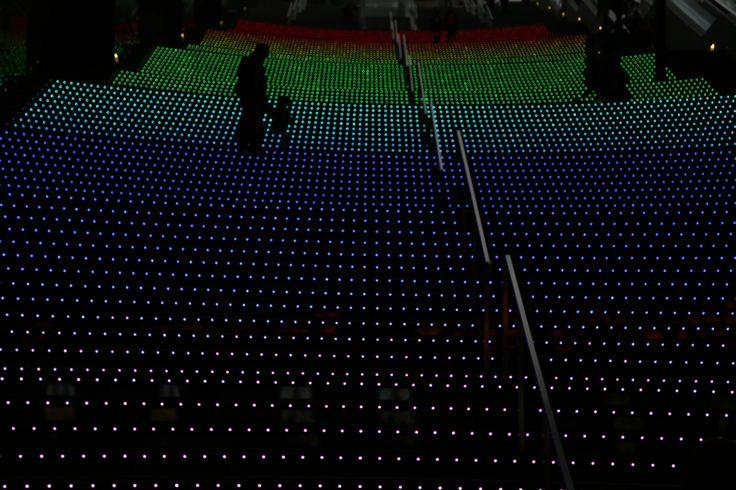 2013-12-14  京都駅の大階段。 ピントをあえて合わせない!!教えていただいてやっとできました~♪ 虹色がとってもキレイ♡