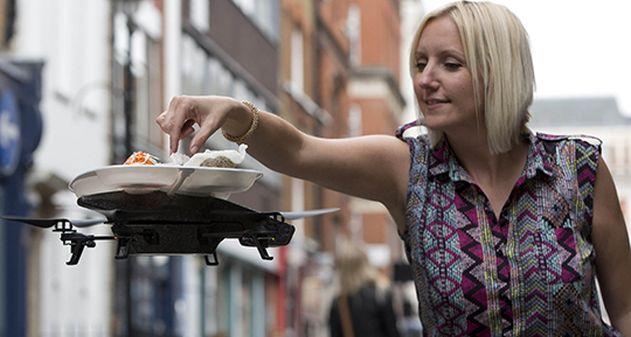 YO! Sushi es una cadena de restaurantes japoneses en Londres que lleva la comida a los clientes en lo que dicen es la primera bandeja voladora del mundo.