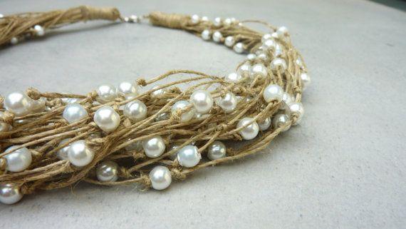 Bettwäsche und Perlen Halskette  Handgemachte Halskette mit Perlen und verknotete Leinen Faden.  Schöne und elegante Halskette, perfekt für eine Hochzeit im Sommer!  Dieses einzigartige Stück Geschenk verpackt werden und kann erfolgen in verschiedenen Längen, kontaktieren Sie uns :)    Halskette Länge: 50cm (19,6 In)     Leinen ist eine glänzend und starke Zellulose Faser aus dem Stamm der Flachspflanze gewonnen. Es ist ein edles Material seit Jahrtausenden verwendet wird manchmal als…