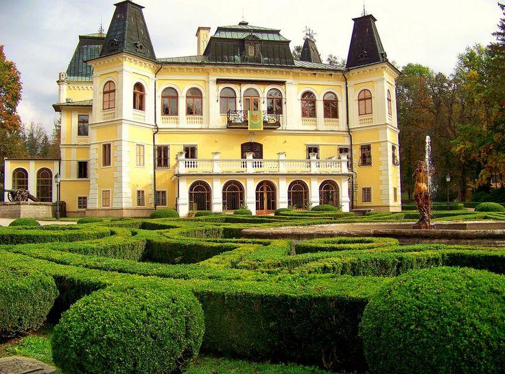 Zámek BETLIAR  je dominantním objektem obce Betliar, která se nachází 10 km severně od okresního města Rožňava. Historie zámku se pojí s dvěma významnými Zemianska - šlechtickými rody - Bebekovců a Andrássyovců. V 15. století vybudovali Bebekovců jádro zámečku. Později, začátkem 18. století, se stal jedním z četných šlechtických sídel Andrássyovců a zůstal jím až do roku 1945.
