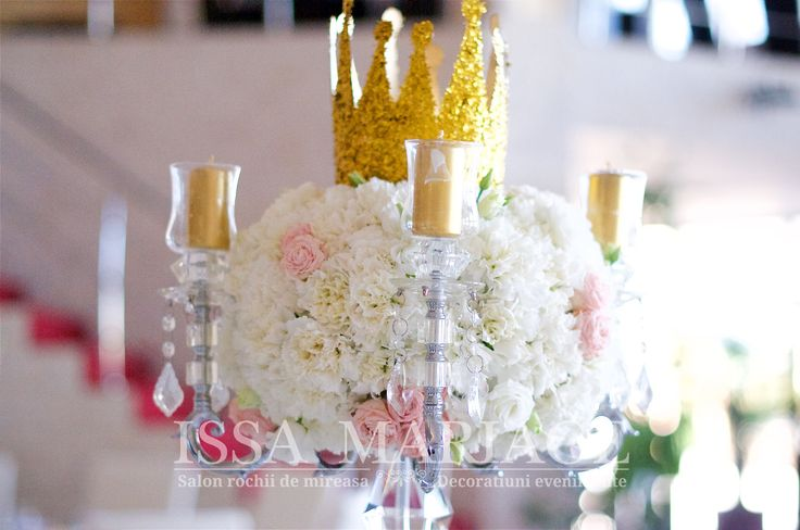 Decoratiuni sala Batca Dragasani cu sfesnic cristal cu suport lumanari si aranjament floral