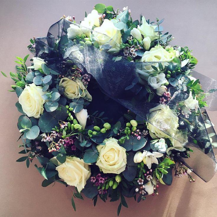 I smutné dekorace by měly být krásné 🌿 #kafekytka #flowershop #flowers #flowerslovers #roses #freesia