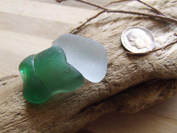 Due frammenti di vetro di mare: uno verde di GlassAndSeaStones