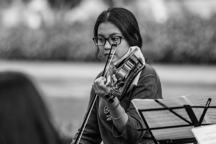 Bermusik, Perempuan dan Biola  | DiTrotoar | Street Photography