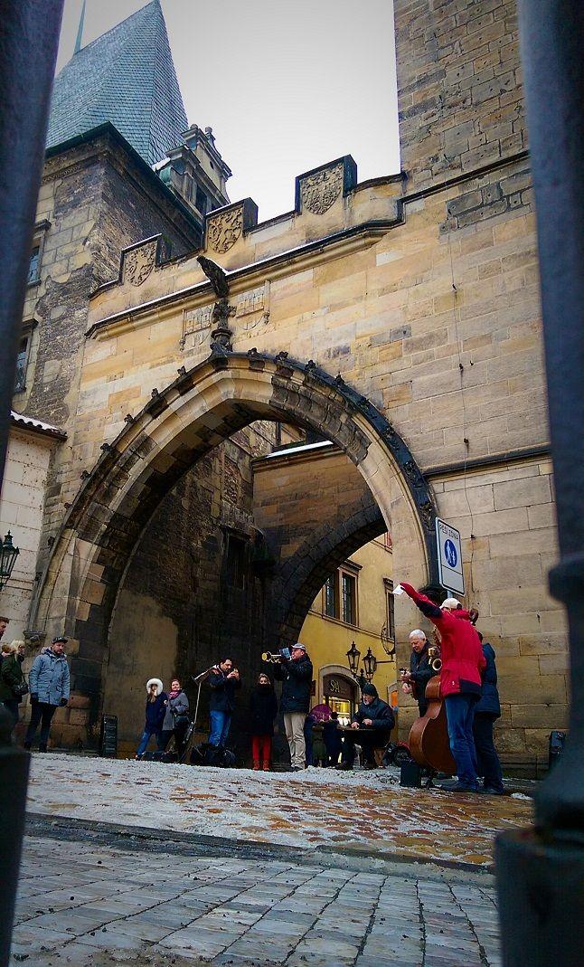 L'entrée du pont Charles. #Prague #RépubliqueTchèque